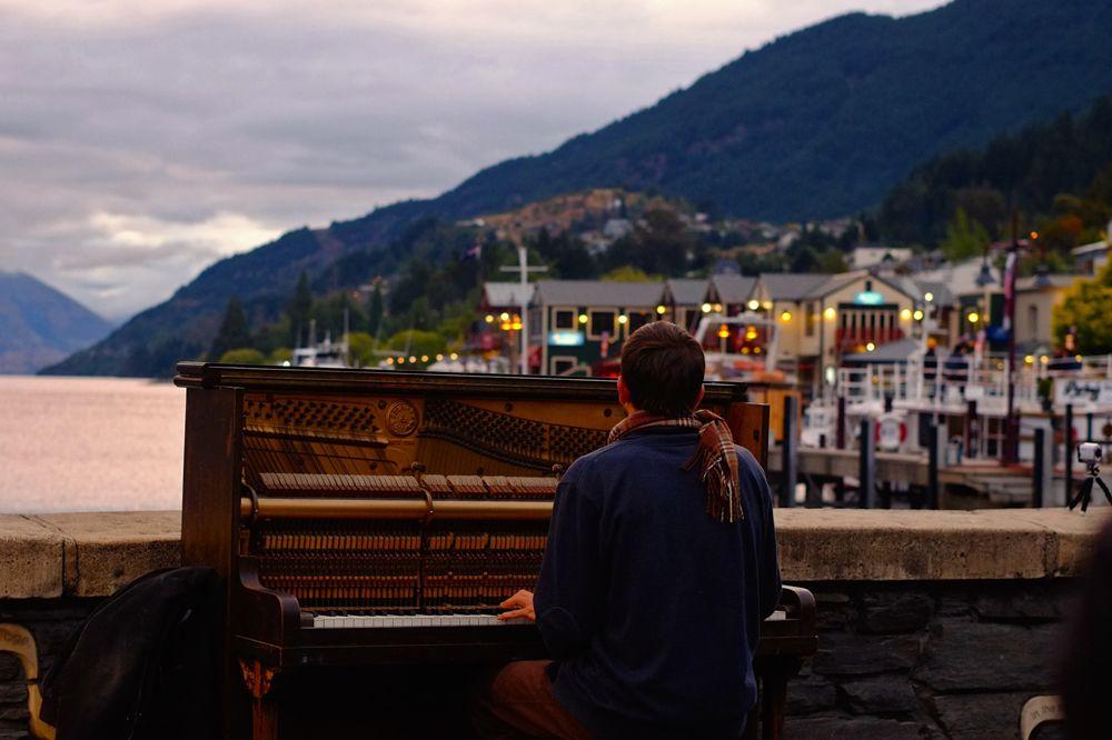 Pianista nad brzegiem jeziora Wakatipu.
